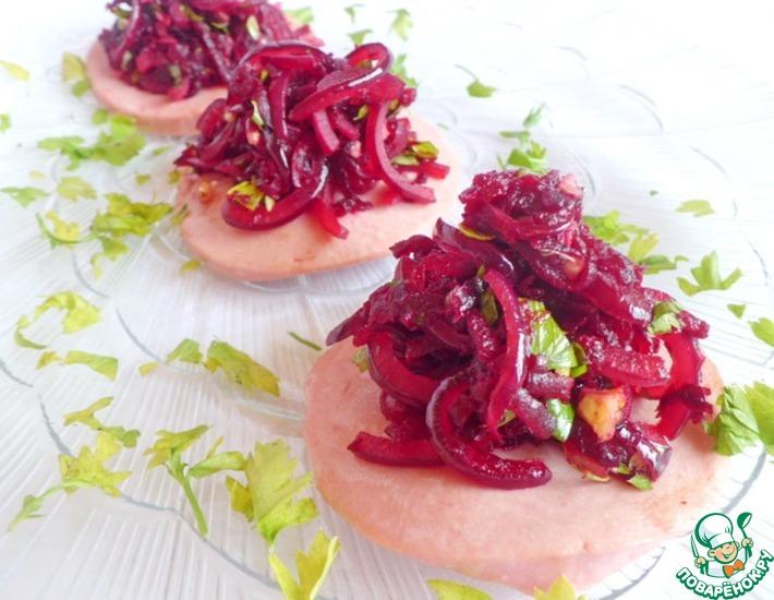 Рецепт: Колбасные тарелочки со свекольным салатом