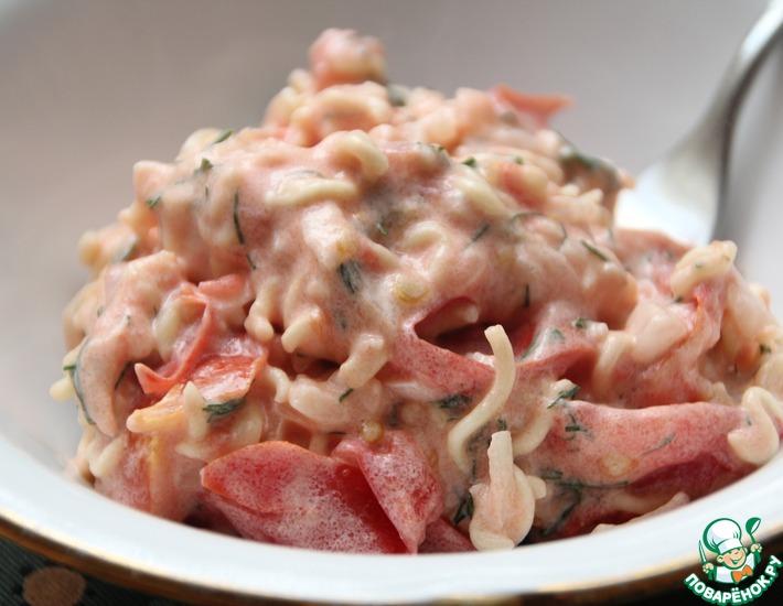 Рецепт: Салат из лапши быстрого приготовления и помидоров