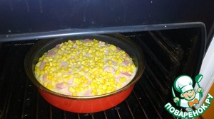 Поставить пирог в разогретую до 180-200 градусов духовку на 35-40 минут.