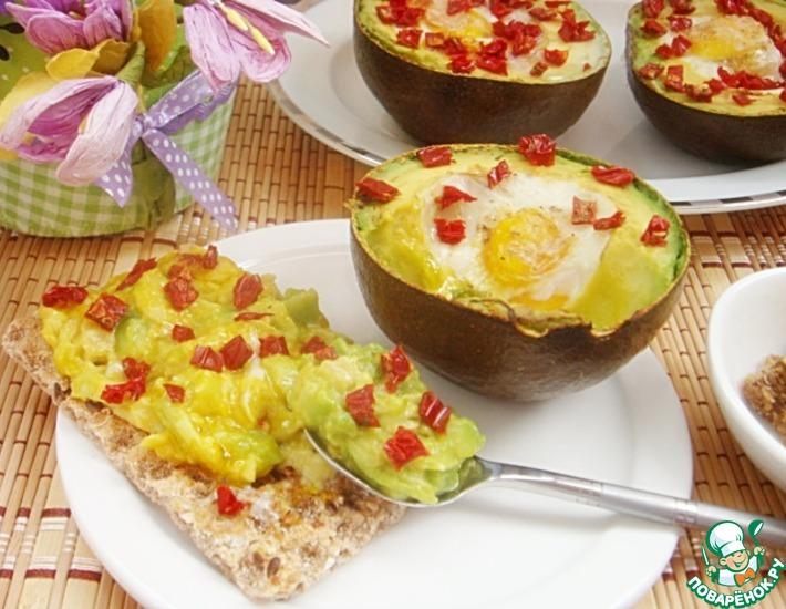 Рецепт: Запеченные яйца в авокадо