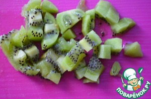 Kiwi clean and cut into pieces.