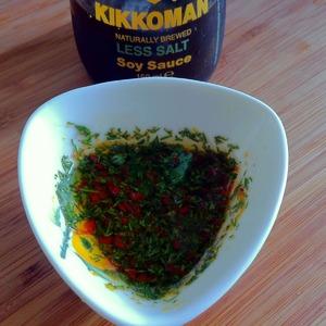 Смешать оливковое масло, легкий соевый соус, лимонный сок, перец чили и укроп.