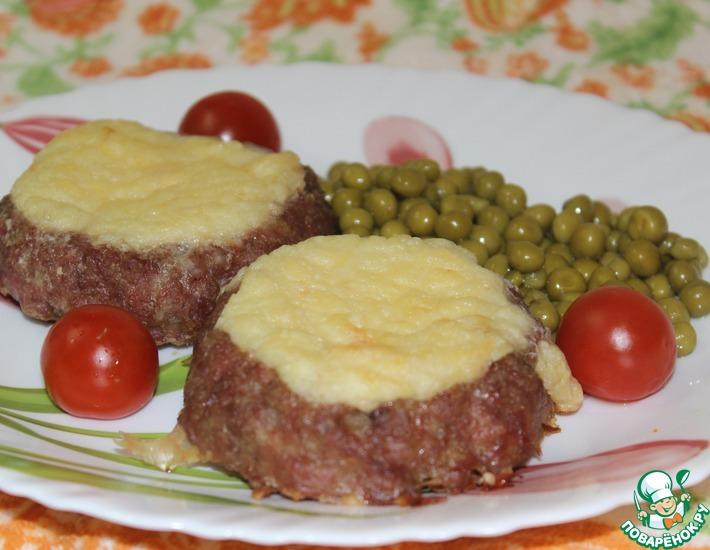 Рецепт: Мясные ватрушки с молочным соусом