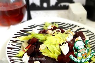 Рецепт: Теплый салат с козьим сыром и запеченной свеклой