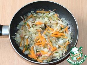 6. Приготовим не постную добавку к биточкам.     Репчатый лук очистить, порезать и обжарить на растительном масле до прозрачности. К луку добавить очищенную и мелко порезанную морковь, перемешать и тушить до готовности моркови.