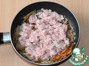 7. К пассеровке добавить мясной фарш, приправу, перемешать и готовить 2-3 минуты.