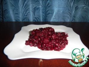 Готовим начинку. Из вишни удаляем косточки. Сок слить в отдельную посуду, добавить сахарку по вкусу и вскипятить. Получиться сироп.
