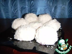 Мокрыми руками берем рис, распределяем по ладошке. Кладем в серединку начинку из вишни и формируем котлетку (шарик). Обваливаем в кокосовой стружке. Ставим минут на 10 в холодильник.