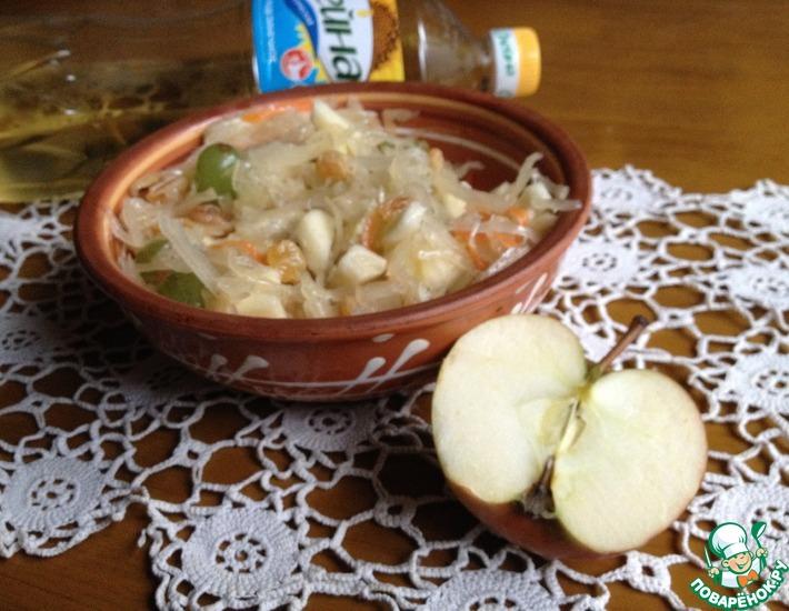 Рецепт: Салат из квашеной капусты с виноградом