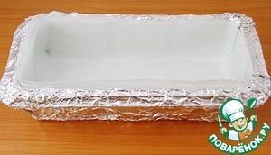 Прямоугольную форму для выпечки ( 25 Х 10 см) обернуть фольгой, проложить бумагой для выпечки и слегка смазать растительным маслом.