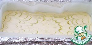 Постучать 3-4 раза формой с тестом об стол, чтобы тесто распределилось ровно.    Провести несколько лучей шпажкой или тонкой палочкой ( окуная ее в тесто до дна формы) от центра к краям, чтобы образовался рисунок.
