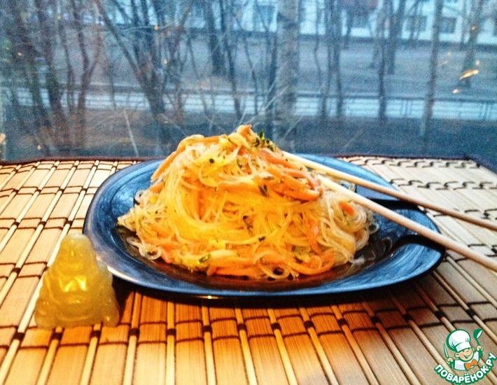 Рецепт: Салат с фунчозой, огурцом и морковью