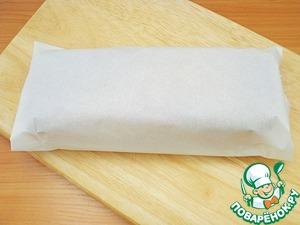 Теплый бисквит завернуть в пергамент.    Если дать ему остыть до комнатной температуры перед обертыванием, он будет в конечном итоге немного сухой.