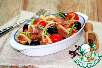 Рецепт: Маринованная сельдь с луком и маслинами
