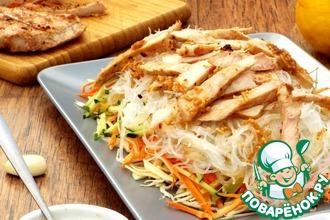 Рецепт: Овощной салат с фунчозой и корейкой-гриль