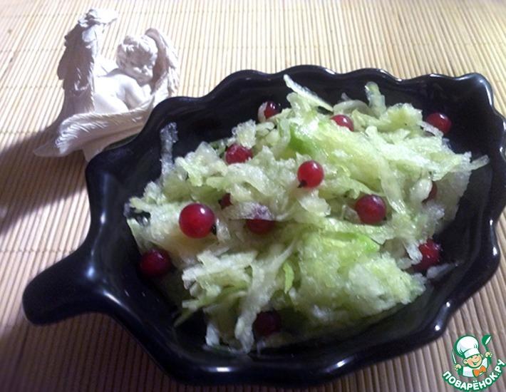 Рецепт: Витаминный салат из редьки и красной смородины