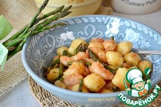 Рецепт: Картофельные ньокки со спаржей и креветками