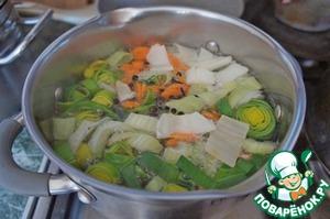 Если есть из чего и не лень, сварить овощной бульон. Процедить.