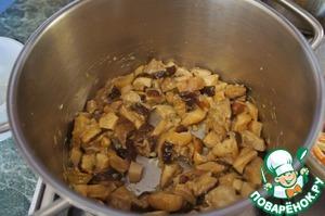 Всыпать грибы и слегка обжарить их в течение 4-5 минут. Влить коньяк и выпарить его в течение 2 минут.