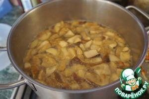 Влить горячий овощной бульон или воду, довести до кипения, всыпать картофель и снова довести до кипения.