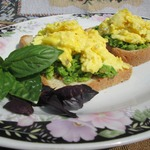Яичница-болтунья с зеленым горошком