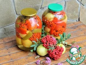 """А ПОЧЕМУ БЫ И НЕТ!? Рябина - тоже ягода, тоже полезная, вот и законсервируем. Складываем в банки : вымытые яблоки, помидоры, перцы ( можно целиком ), грозди рябины, соцветия сушеного укропа. Залить кипятком, на 20 минут. Слить воду. Готовим рассол : вода + соль, сахар, гвоздика и душистый перец. Вскипятить, залить в банки + уксус. Закатать и """"под шубу"""" до полного остывания. СПРЯЧЕМ ЛЕТО в БАНКИ... ПРИЯТНОГО АППЕТИТА!"""