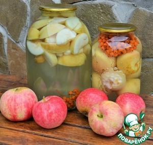 И уж если овощи с рябиной, то как не добавить ее в компоты. В подготовленные банки сложить яблоки, можно нарезать и заполнить 1/3 банки, а можно целиком, но удалив плодоножку. Залить в банки кипяток, дать постоять 15 минут. Слить и вскипятить, положив соцветие рябины и сахар, пусть рябина немного проварится. На 3 х. л. банку я кладу 300 г. сахара, на 1,5 л. б. с целыми плодами - 200г. сахара. Кипящим залить банки, положив и соцветие рябины, закатать и остудить под шубой. СПЛОШНЫЕ ВИТАМИНЫ!