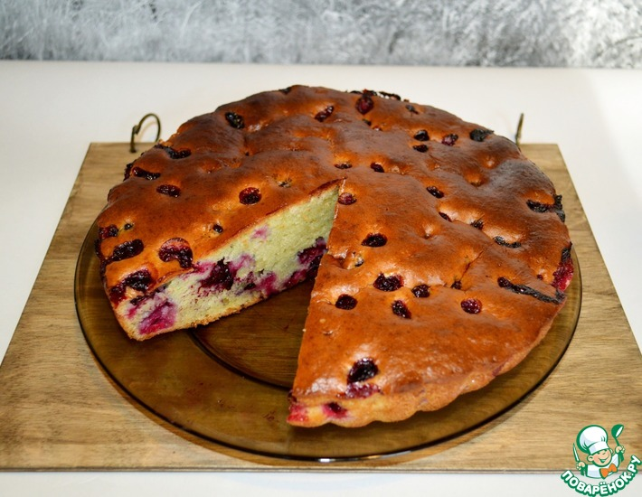 Рецепт: Быстрый пирог на сметане с ягодой