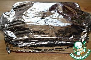 Форму для выпечки плотно закрыть фольгой. Готовить курицу с гречкой в разогретой до 200* духовке 30 минут. Последние 7-10 минут можно фольгу снять (только очень осторожно, не обожгитесь паром!) и включить режим ГРИЛЬ (или выставить максимальную температуру духовки). Так курица получится более румяной.