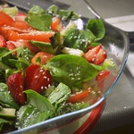 Летний салат со шпинатом и клубникой