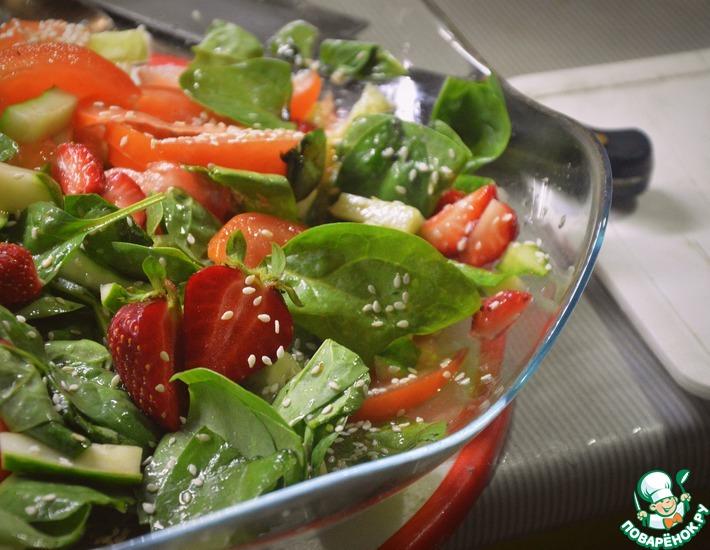 Рецепт: Летний салат со шпинатом и клубникой