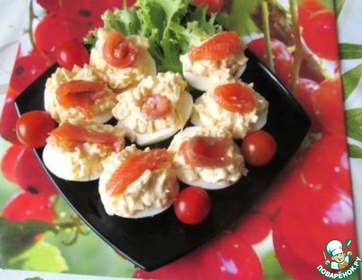 Рецепт: Яйца, фаршированные яблочным салатом
