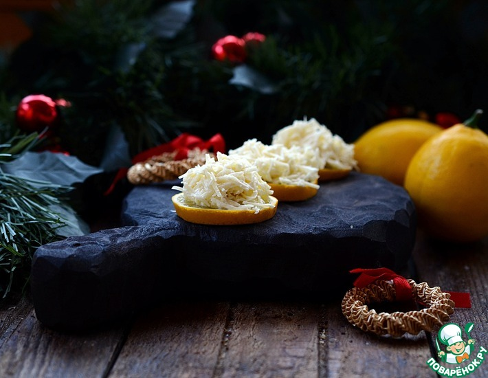 Рецепт: Острый сыр на лимонных дольках