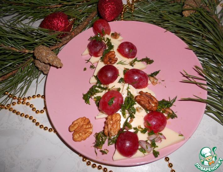 Рецепт: Сырная елочка с виноградом