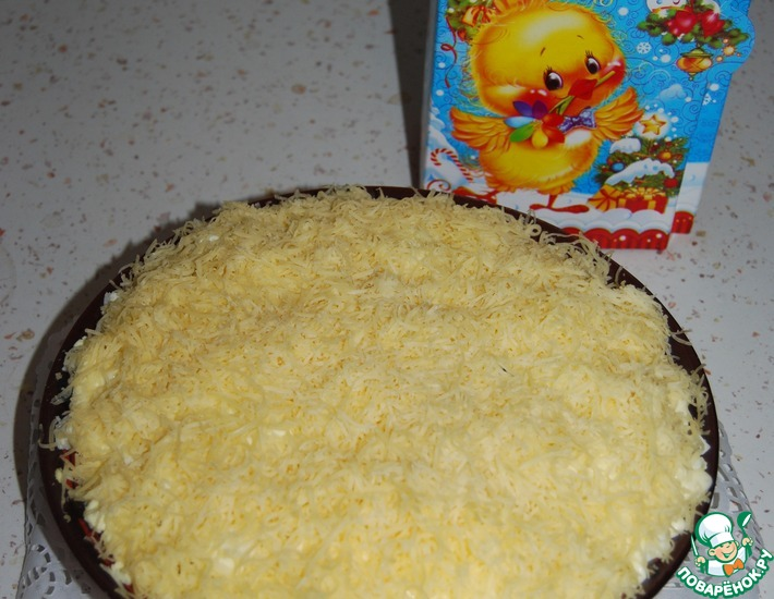 Салат украсить кружочками вареного яйца, мелко порезанным укропом.