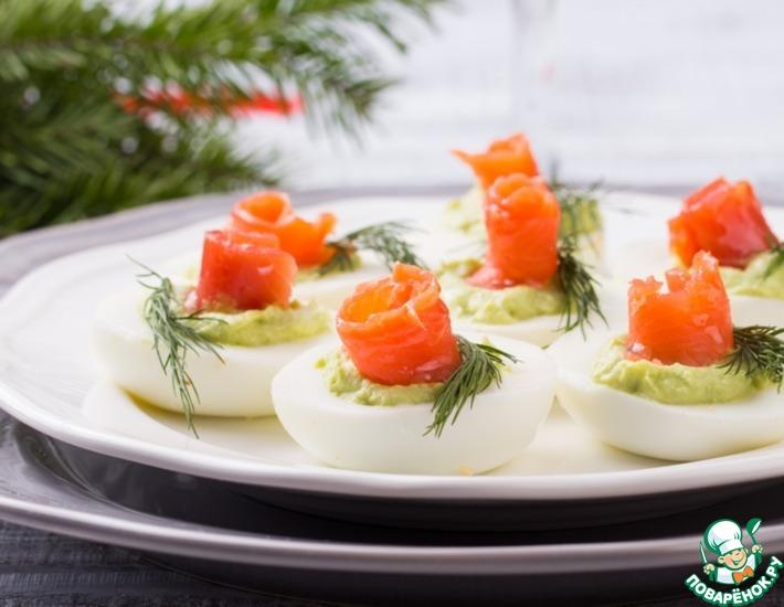 Рецепт: Яйца с муссом из авокадо и семгой