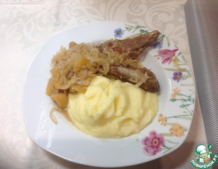 Рецепт: Свиные рёбра с квашеной капустой
