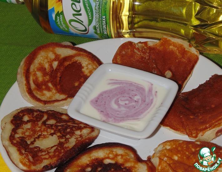 Рецепт: Творожные оладьи с черничным соусом