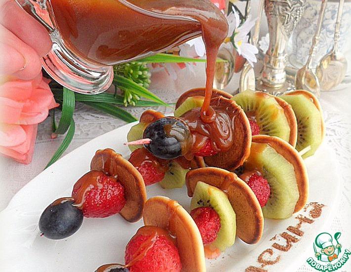Рецепт: Мини-панкейки с ягодами под соленой карамелью