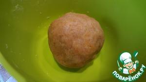 Сначала делаем тесто. Смешиваем размягченное сливочное масло с мукой и перетираем в крошку. Добавляем желток и лепим шар.    При желании можно добавить в тесто сахар, но мне нравится пресное тесто. Убираем шар в холодильник.