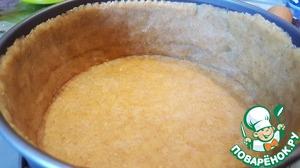 Достаем тесто из холодильника. Раскатываем. Переносим в форму.   У меня разъемная форма диаметром 18 см.    Включаем духовку на 180*, прогреваем.