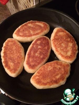 Жареные творожные пирожки с луком и яйцом Творог
