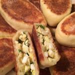 Жареные творожные пирожки с луком и яйцом