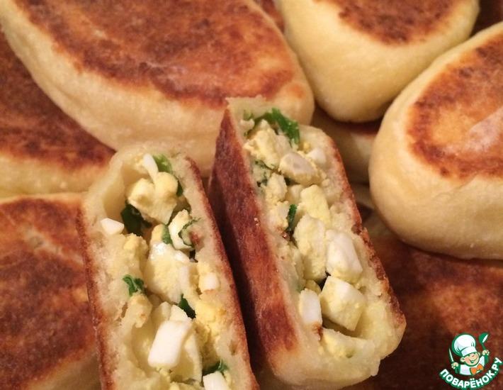 Рецепт: Жареные творожные пирожки с луком и яйцом