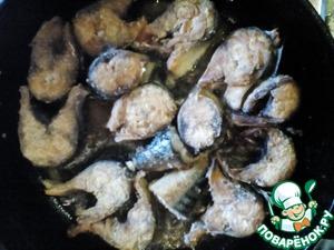 Рыбу запанировать в муке и выложить в расскаленную сковороду с маслом, обжарить до румяности. Крышкой не накрывать, а то ваши кусочки развалятся!   Поджареную рыбку выложить сверху картофеля.