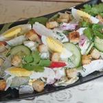 Русский летний салат в стиле Цезарь