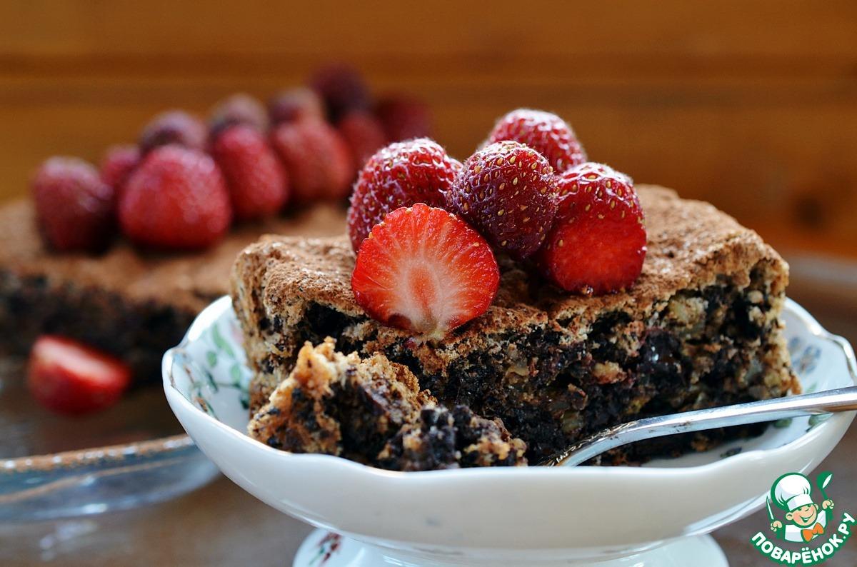Шоколадный твидовый торт с орехами и клубникой