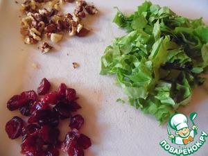 Сушеную клюкву перебрать, салат мелко нашинковать, орехи порубить.