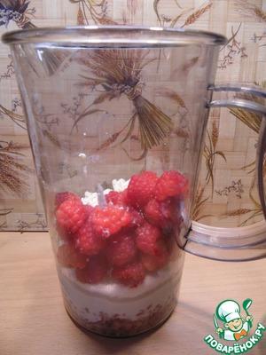 In the bowl of a blender put the yogurt, raspberries, cottage cheese, buckwheat and raspberries.