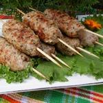 Кебабы с креветками, беконом и щавелем